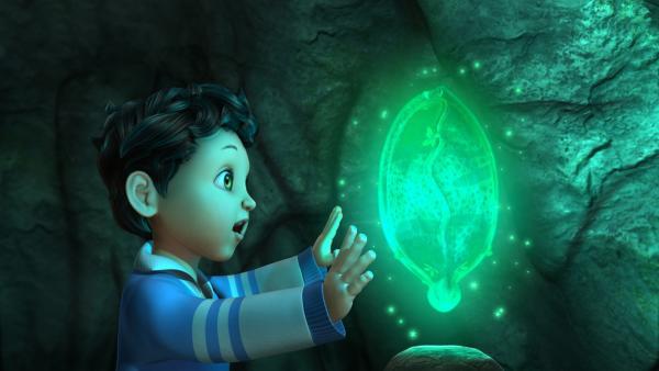 Michael hat in der Höhle eine Muschel gefunden. Ob das die Muschel ist, in der Barrum seit vielen vielen Jahren eingesperrt ist?   Rechte: ZDF/DQ Entertainment
