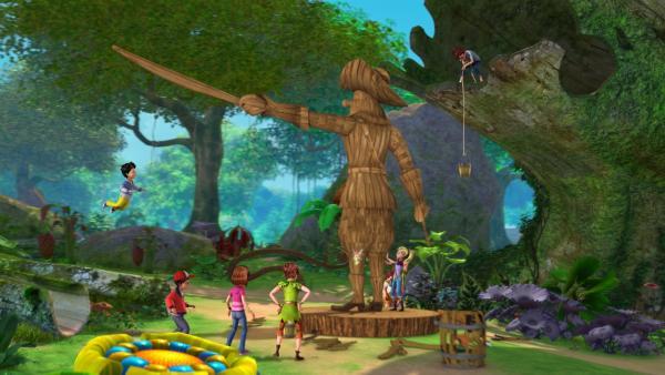 Die Verlorenen Kinder haben für Hooks Geburtstag eine Statue gebaut, die ausschaut wie Hook selbst. Peter Pan und seine Freunde wollen sie mit juckenden Pflanzen füllen. | Rechte: ZDF/DQ Entertainment