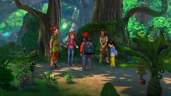 John, Peter Pan, Tinker Bell, Wendy und  Beaver Bob   überlegen, wie sie Nimmerland retten können.  Micheal (rechts) hat mit seinem Übermut alle in Gefahr gebracht und will auch helfen. | Rechte: ZDF/DQ Entertainment