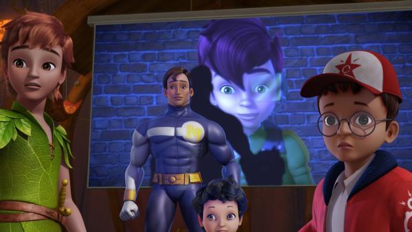 Beim Schauen der neuen Captain Muscles DVD ist der Filmheld aus der Leinwand herausgetreten und beobachtet nun zusammen mit Peter, Michael und John, dass sich Sienna in den Fantasiebaum geschlichen hat. | Rechte: ZDF/DQ Entertainment