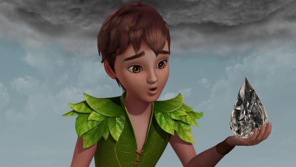 Peter Pan hält den Stein der Zwietracht in der Hand. Der Stein kann den Zorn der Menschen aufnehmen.   Rechte: ZDF/DQ Entertainment