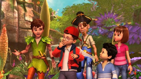 Inmitten einer bunten Landschaft sind gemeinsam unterwegs: Peter Pan, rechts über ihm fliegend: Tinker Bell, John, der sich genüsslich die Finger schleckt, der Pirat Dagan mit gezücktem Schwert, Michael und Wendy. | Rechte: ZDF/DQ Entertainment