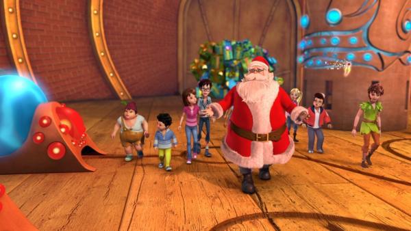 Der Weihnachtsmann ist in seiner Werkstatt am Nordpol angekommen. Peter Pan, Tinker Bell, die Verlorenen Kinder und die Darling-Kinder, Michael, Wendy und John, begleiten ihn. | Rechte: ZDF/2012 DQ Entertainment