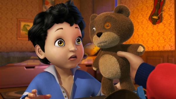 Michael (links) wird sein Teddybär Nono gereicht. | Rechte: ZDF