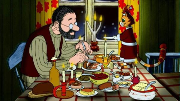 Pettersson und Findus genießen ihr Weihnachtsessen. | Rechte: ZDF/TV-Loonland