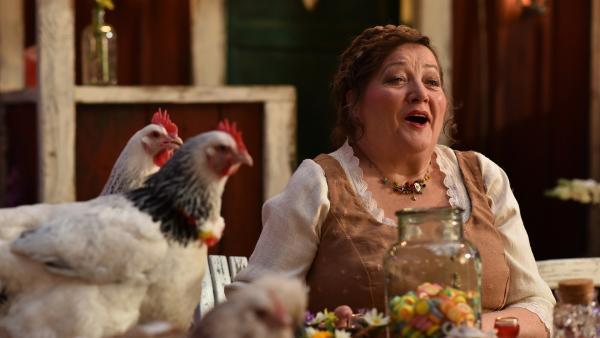 Bedas (Marianne Sägebrecht) gute Laune ist unverwüstlich.   Rechte: ZDF/Mathias Neumann