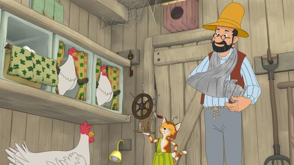 Obwohl sich Pettersson am Arm verletzt hat, haben Findus und er den Hühnern eine ganz spezielle Hühnerfeder-Wohlfühlmaschine gebaut.   Rechte: ZDF/Edel SE