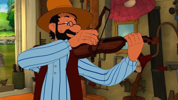 Wenn Pettersson Geige spielt, genießt er selbst das sehr. Aber das tun längst nicht alle auf dem Hof. Er spielt nämlich ein bisschen zu schief. | Rechte: ZDF/2021 Edel Germany GmbH