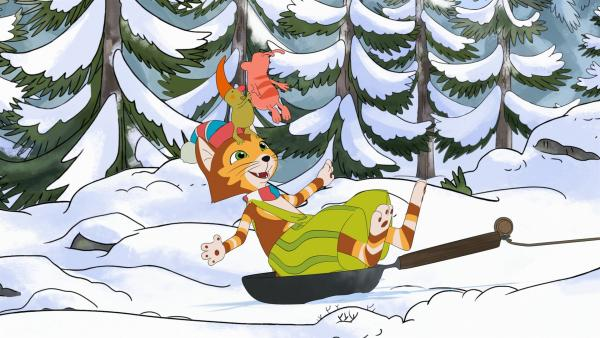 Weil sein Holzschlitten kaputt ist, rutscht Fndus mit einer Metallpfanne durch den Schnee. Klappt prima, macht nur leider einen sehr kalten Po. | Rechte: ZDF/2021 Edel Germany GmbH