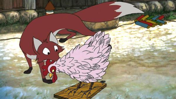 Der Fuchs schleicht sich auf dem Bauernhof herum. Vor ihm läuft ein Huhn. | Rechte: ZDF