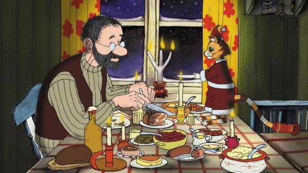 Pettersson und Findus sitzen an Weihnachten am gedeckten Tisch. | Rechte: ZDF