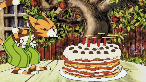 Findus bläst die fünf Kerzen auf seiner Pfannkuchen-Geburtstagstorte aus.   Rechte: ZDF