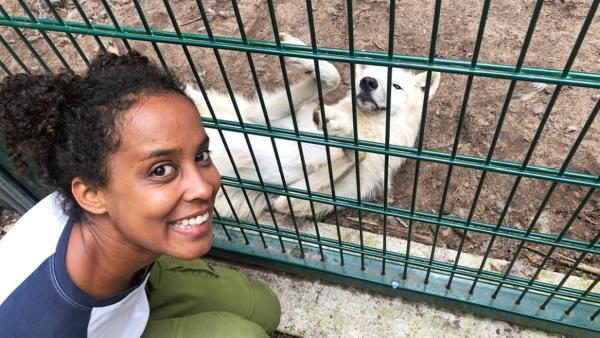 Die mit dem Wolf heult / Pia besucht die Arktische Jungwölfin Luna im Wolfcenter Dörveden. | Bild: BR/Text und Bild Medienproduktion GmbH & Co. KG/Kathrin Gutzeit | Rechte: BR/Text und Bild Medienproduktion GmbH & Co. KG/Kathrin Gutzeit