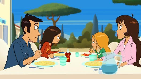 Wendy und Marine belauern sich sogar beim Mittagessen. Mama und Papa sind ratlos.   Rechte: NDR/Bamboo Production/Samka Productions