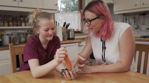 Informations- und Elektrotechnikerin Johanna und Schülerin Hanna testen, womit sich alles ein Handy bedienen lässt - funktioniert die Karotte als Ersatzfinger?   Rechte: ZDF/Sven Bender