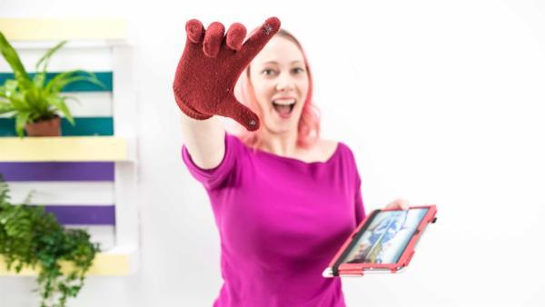 """Mit einem Handschuh das Smartphone bedienen? """"Princess of Science"""" und Informationstechnikerin Johanna zeigt in ihrem Lifehack, wie man einen solchen Handschuh selbst machen kann.   Rechte: ZDF/Martin Vogel"""
