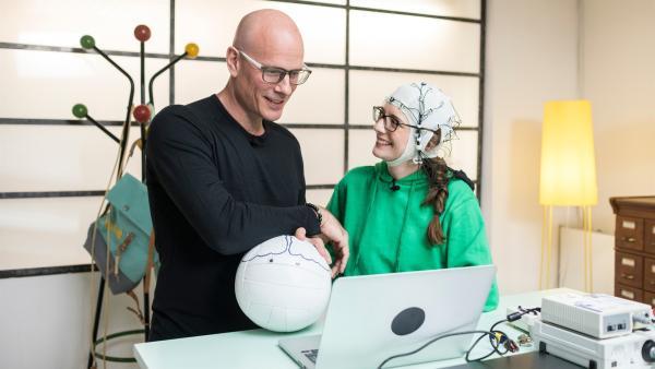 Neurowissenschaftler Dr. Stefan Schneider testet bei Biochemikerin Patrizia, wie sich Sport auf ihre Denk- und Reaktionsleistung auswirkt. | Rechte: ZDF/Martin Vogel