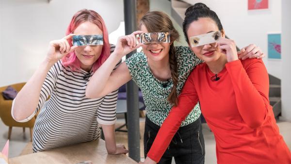 Informationstechnikerin Johanna, Biochemikerin Patrizia und Physikerin Linh zeigen spielerisch, was die Stellung der Augen bei Tieren verrät. | Rechte: ZDF/Martin Vogel