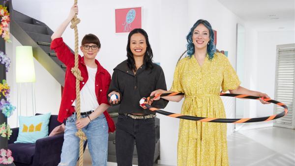 Wissenschaft mit vollem Körpereinsatz: V.l.: Patrizia, Linh und Johanna erklären, welche Kräfte bei Akrobatik eine Rolle spielen. | Rechte: ZDF/Bojan Ritan