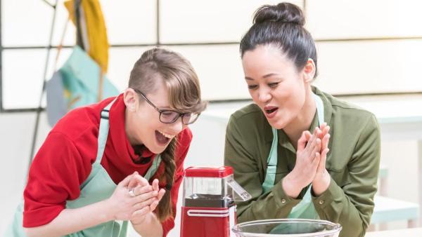 Patrizia (li.) und Linh (re.) freuen sich  über die funktionierende Popcornmaschine (mi.). | Rechte: ZDF / Martin Vogel