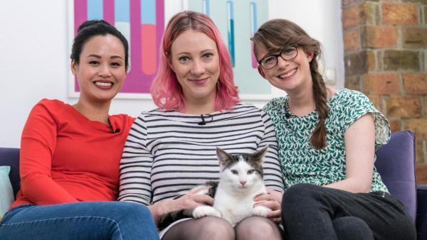 Die drei Princesses sitzen gemeinsam auf dem Sofa, Johanna (mi.) hat Studiokater Emil auf dem Schoß. | Rechte: ZDF/ Martin Vogel