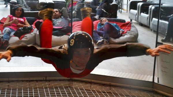 Eric Mayer schwebt in der Skydive Halle in Bottrop | Rechte: ZDF/Sandra Palm