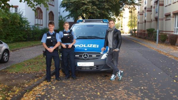 pur+ Moderator Eric Mayer mit Polizeischülern der Hessischen Bereitschaftspolizei | Rechte: Carina Zölch-Schulz