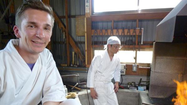 Scharfes Schwert: Moderator Eric Mayer in Japan in der Schmiede für Samuraischwerter. | Rechte: ZDF/Uli Schenk