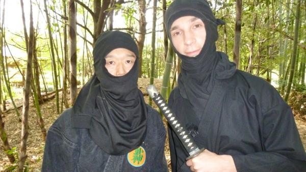 Eric wird Ninjamoderator: Eric Mayer (r.) und Trainer Keiji Nakadai in Ninja Tarnkleidung.   Rechte: ZDF/Ulrike Schenk