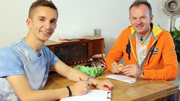 Eric lernt von Willy Astor (r.) bayerisch. | Rechte: ZDF/Brigitte Böttcher