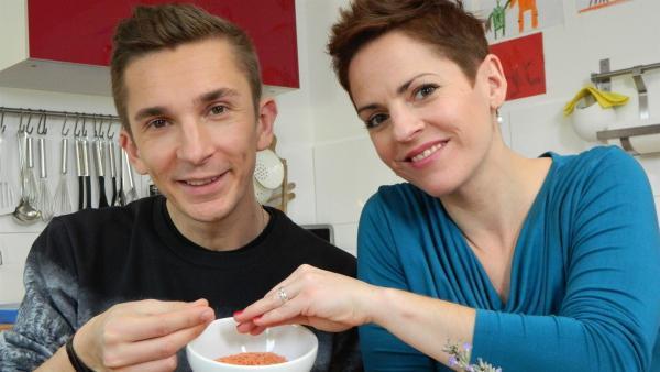 pur+-Moderator Eric Mayer und Starköchin Sybille Schönberger kochen vegan. | Rechte: ZDF/Simone Grabs