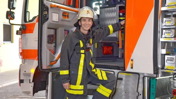 pur+-Moderator Eric Mayer als Feuerwehrmann | Rechte: ZDF/Judith Hoppermann