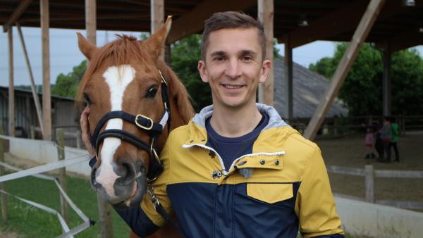 pur+ Moderator Eric mit seinem Trainingspferd Monty. | Rechte: ZDF/Frauke Siebold