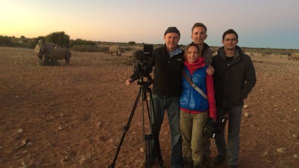 """""""pur+""""-Moderator Eric Mayer reist nach Namibia. In der Kalahari-Halbwüste treffen er und sein Filmteam auf eine der ältesten Tierarten der Erde: Nashörner. Doch diese imposanten Tiere sind vom Aussterben bedroht. Eric Mayer ist bei einer aufwändigen und gefährlichen Rettungsaktion dabei.   Rechte: ZDF/Ulf Tubbesing"""