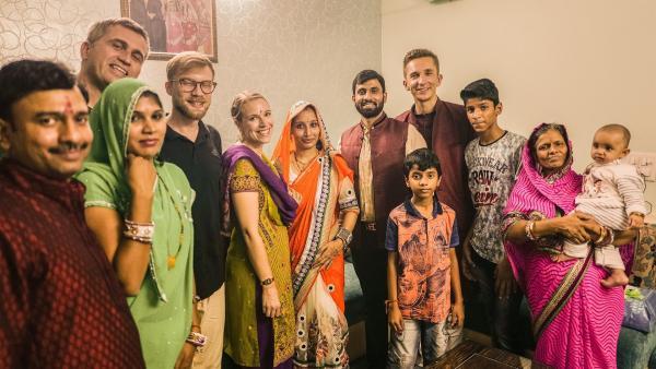 """""""Danke, dass ihr mit uns nach unserer Tradition gefeiert habt. Wir sind jetzt alle eine Familie"""", sagt der Hausherr auf Englisch zu """"pur+""""-Moderator Eric Mayer (4.v.r.) und seinem Team, Zeljko Pehar (2.v.l.), Marius Pohl (4.v.l.) und Karola Körber (5.v.l.). Sie haben mit der Familie aus Delhi Diwali, das hinduistische Lichterfest, gefeiert.   Rechte: ZDF/Zeljko Pehar"""