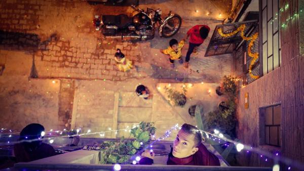 """""""pur+""""-Moderator Eric Mayer feiert Diwali, das Lichterfest der Hindus, mit einer Familie in Delhi. Sie zünden jede Menge Kerzen an, Feuerwerk und Knaller. """"Es ist wie Weihnachten und Silvester zusammen"""", sagt Eric.   Rechte: ZDF/Zeljko Pehar"""