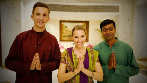 """Diwali in Delhi: """"pur+""""-Moderator Eric Mayer (l.), """"pur+""""- Autorin Karola Körber (M.) und ihr indischer Kollege Aniruddha Das (r.) tragen traditionelle Kleidung zum Lichterfest.   Rechte: ZDF/Zeljko Pehar"""