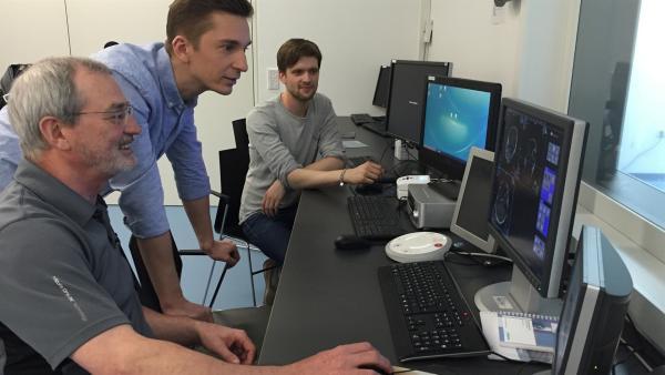 """""""pur+""""-Moderator Eric Mayer (M.) macht an der Universität Lübeck den """"pur+"""" Freundschaftsentzugs-Versuch. Gemeinsam mit David Stolz (r.) und Uwe Melchert (l.) findet er heraus, warum es uns körperlich weh tut, wenn wir von Freunden sozial ausgegrenzt werden.   Rechte: ZDF/Dirk Beppler"""