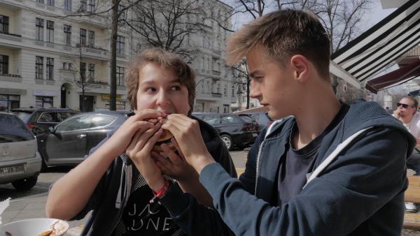 """""""pur+"""" macht den Freundschaftscheck! Finn (l.) und Justus (r.) sind allerbeste Freunde. Wir stellen ihre Freundschaft auf die Probe und wollen wissen: Wie gut kennen sie sich wirklich?   Rechte: ZDF/Wibke Kämpfer"""