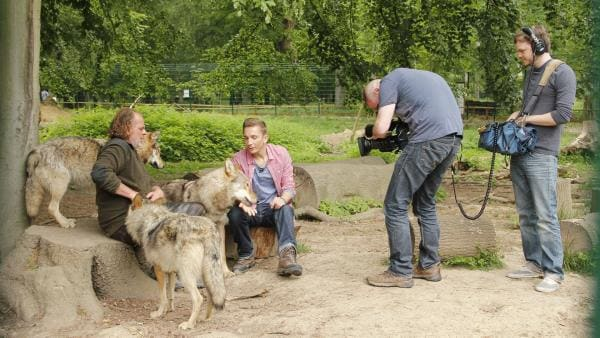 pur+ Reporter und Moderator Eric Mayer bei Dreharbeiten mit dem Wolfexperten Matthias Vogelsang | Rechte: ZDF/Tim Förderer