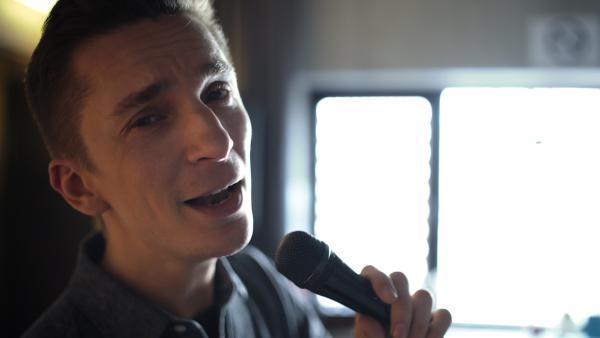 Wenn Moderator Eric Mayer anfängt zu singen, ist das Feedback für ihn niederschmetternd. Hört sich sein Gesang wirklich so grauenerregend an? Talent oder Technik - kann jeder singen lernen? | Rechte: ZDF/Monika Guggi