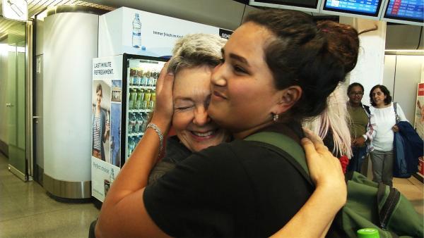 Wiedersehensfreude nach einem Jahr in Brasilien: Am Flughafen umarmt Raga ihre Mutter. | Rechte: ZDF/Wibke Kämpfer