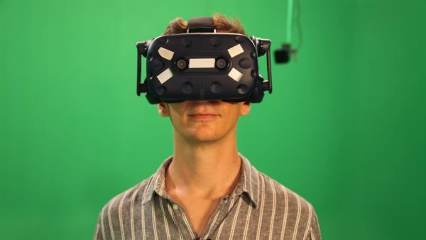 Eric macht den Selbsttest und setzt eine Virtual-Reality-Brille auf. Wie lange hält er es in der Virtualität aus? Was macht das mit ihm? Wird ihm eventuell sogar schlecht? Und muss er das Experiment abbrechen? | Rechte: ZDF/Richard Bade
