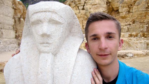 Eric Mayer im Steinbruch mit  Statue des Pharaos Amenemhet III | Rechte: ZDF/Dirk Beppler