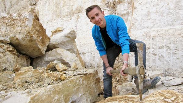 Eric Mayer erfährt in einem Steinbruch im Altmühltal, was die Ägypter beim Bau der Cheopspyramide leisteten. | Rechte: ZDF/Dirk Beppler