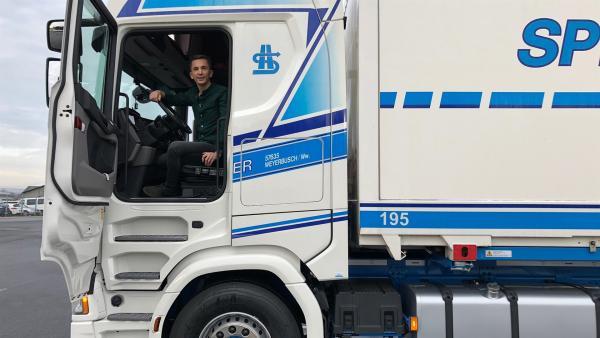 """Wie manövrieren LKW-Fahrer ihren riesigen Laster? """"PUR+"""" Moderator Eric Mayer testet es. Er fährt den 40-Tonner rückwärts und lenkt ihn durch Engstellen.   Rechte: ZDF/Sandra Palm"""