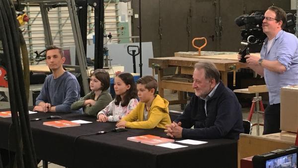 """Die Jury, bestehend aus """"PUR+""""-Moderator Eric Mayer, drei Schülern und Hans-Georg Torkel vom Deutschen Erfinderverband, nahm die drei Erfindung kritisch unter die Lupe.   Rechte: ZDF/Rolf Schneider"""