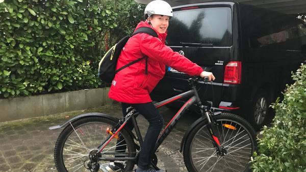 Mit dem Rad zum Sport. Moritz lässt sich nachmittags nicht mehr mit dem Auto zum Fußball- und Handballtraining fahren. Damit spart er CO2.  | Rechte: ZDF/Eva Werdich