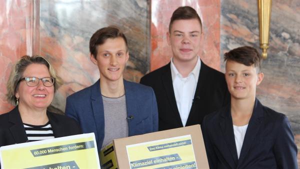60 000 Unterschriften für die Bundesumweltministerin. Der 16-jährige Ludwig, sein Freund Nils und sein Bruder Hans übergeben ihre Petition an Svenja Schulze. Zusammen mit vielen Tausend Gleichgesinnten fordern sie den Ausstieg aus der Kohleenergie bis 2030.  | Rechte: ZDF/Bernadette Hauke