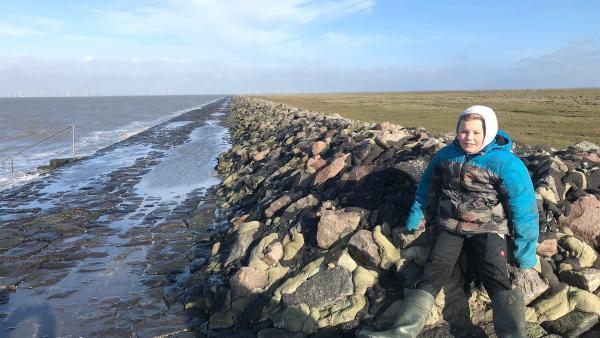 Noch wenige Stunden bis zur Sturmflut! Wie hoch wird das Wasser steigen? Kjell wohnt mit seiner Familie auf Nordstrandischmoor - einer Hallig vor der nordfriesischen Küste. Die Hallig ist bedroht, weil der Meeresspiegel steigt und muss bald erhöht werden    Rechte: ZDF/Eva Werdich